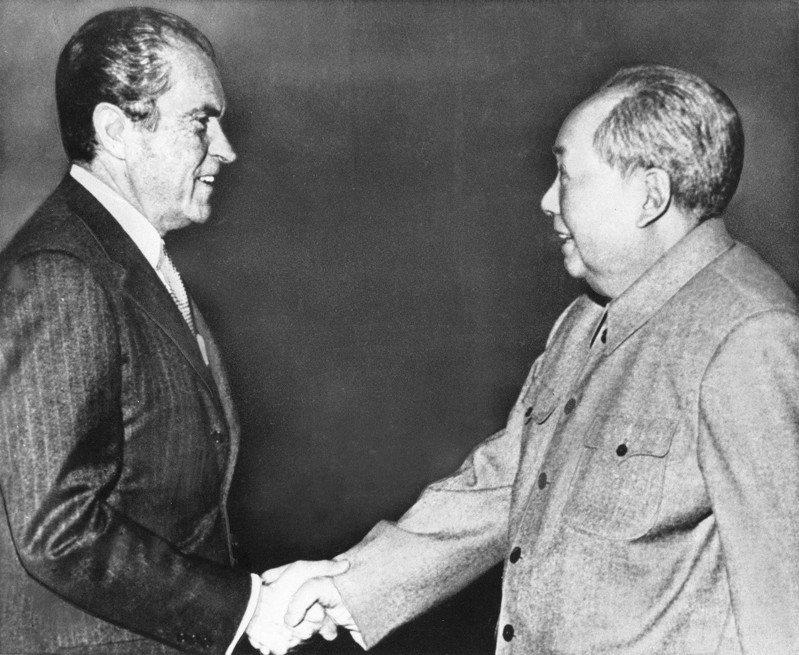 根據參謀總長賴名湯日記,美國要求在總統尼克森抵達北京前,台灣停止軍機起降。圖為美國前總統尼克森(左)1972年2月訪問北京,與毛澤東(右)握手。美聯社