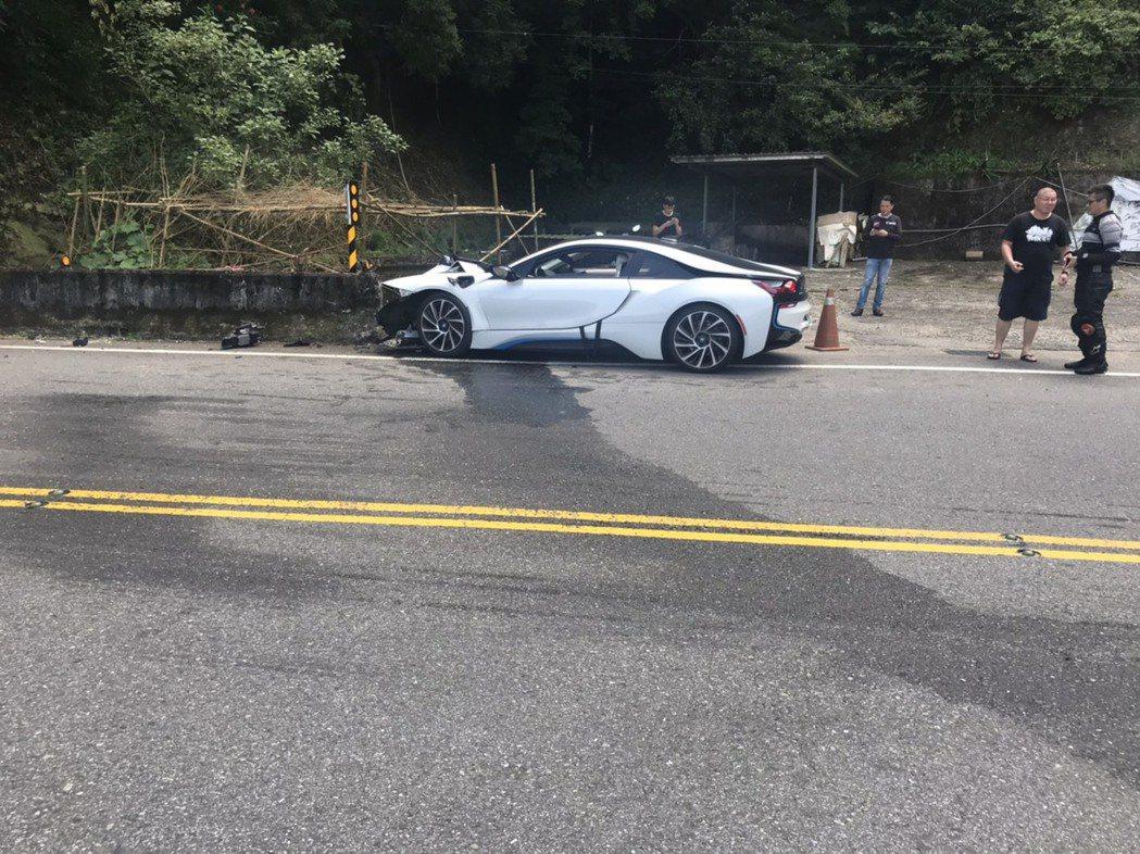 熊姓男子今天駕駛價值近1千萬元的BMW雙門跑車,行經新北市石碇區北宜公路,疑似車...