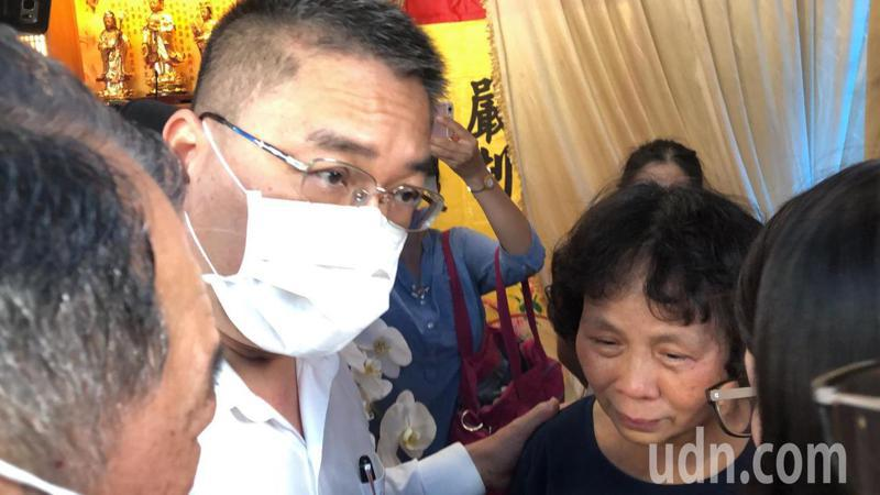 內政部長徐國勇輕拍李承翰母親張秀珍肩膀,強調有何需要都可幫忙。記者李承穎/攝影