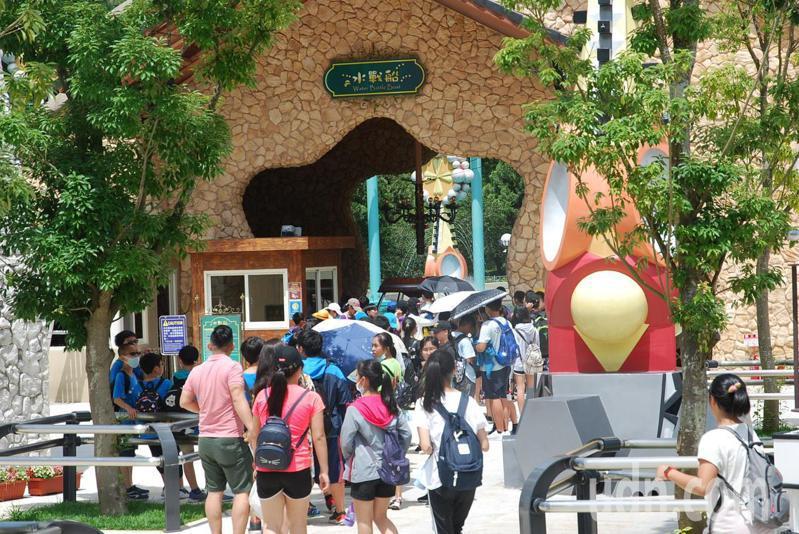 南投九族文化村上午迎來參加畢業旅行的學生們,預告觀光回流盛況可期。記者黑中亮/攝影