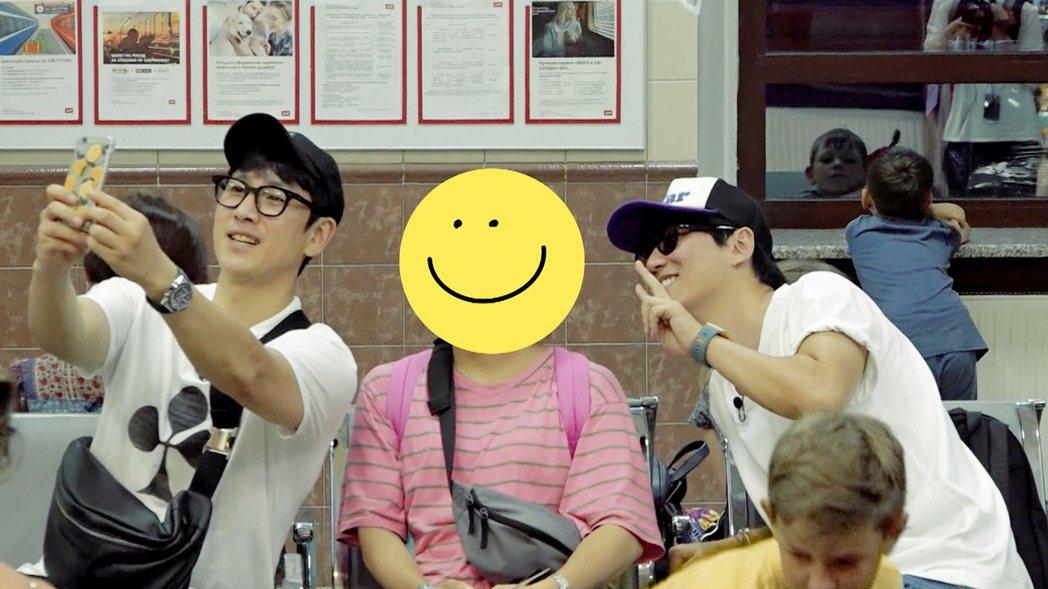 李善均(左)和粉絲拍照,金南佶吃味湊過去。圖/東森戲劇台提供