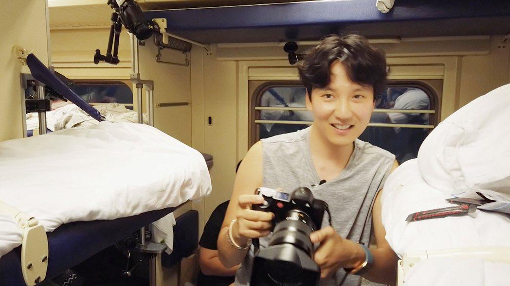 喜歡攝影的金南佶隨時拿著相機記錄。圖/東森戲劇台提供