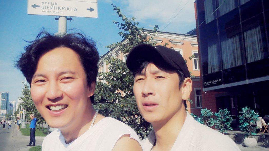 金南佶(左)、李善均黏TT,12天旅程考驗兩人友情。圖/東森戲劇台提供