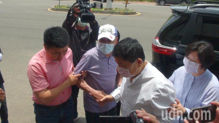 顏清標之父高齡87歲的顏懷到沙鹿服務處門外迎接,見到兒子時情緒激動,一度眼眶泛紅...