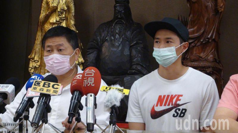 大甲鎮瀾宮董事長顏清標(左)與次子顏仁賢(右)。記者余采瀅/攝影