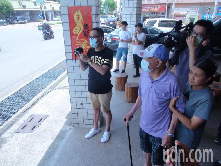 顏清標之父高齡87歲的顏懷到沙鹿服務處門外迎接。記者余采瀅/攝影