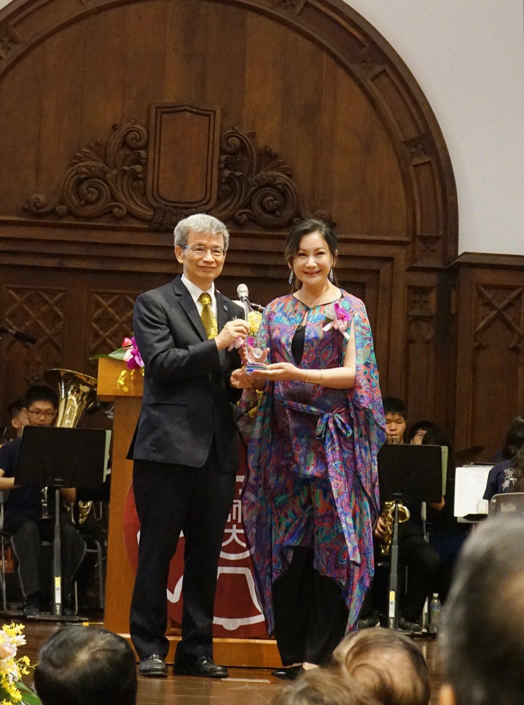 陳亞蘭獲台師大傑出學生獎。圖/寶麗來國際娛樂提供