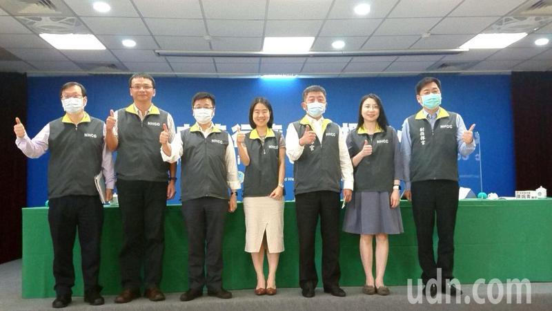 指揮中心指揮官陳時中提倡「防疫新生活」,今在例行記者會與防疫醫師合照時,陳突然開始指揮現場,讓戴口罩及沒戴口罩者間隔排開,笑稱這是「梅花口罩隊形」。記者羅真/攝影