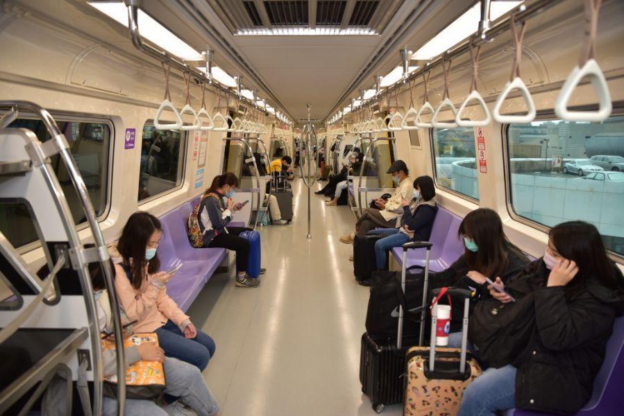 桃園大眾捷運公司今天表示,從6月7日起,離峰時間搭乘機場捷運,若可維持社交安全距...