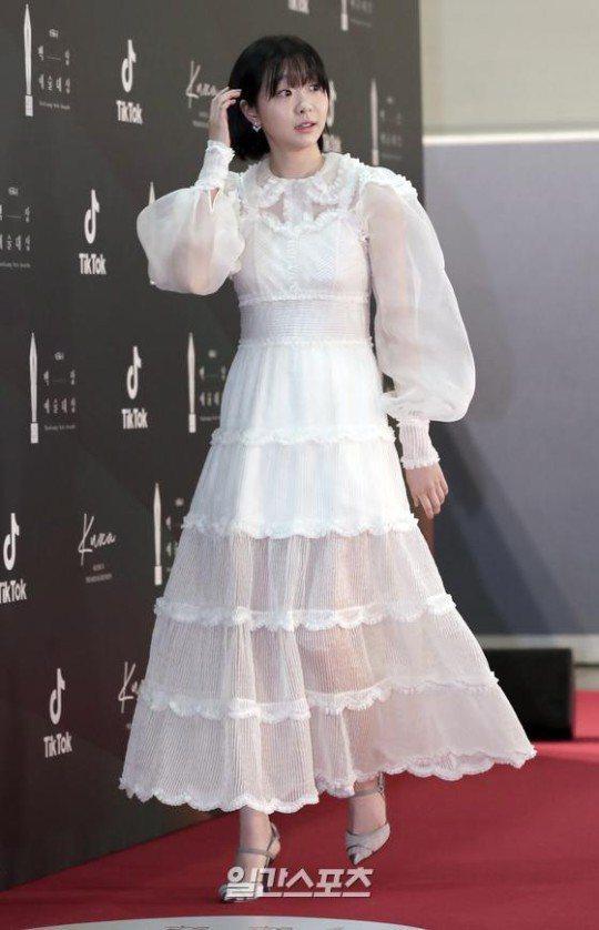 金多美穿白色薄紗蛋糕裙。圖/摘自日刊體育
