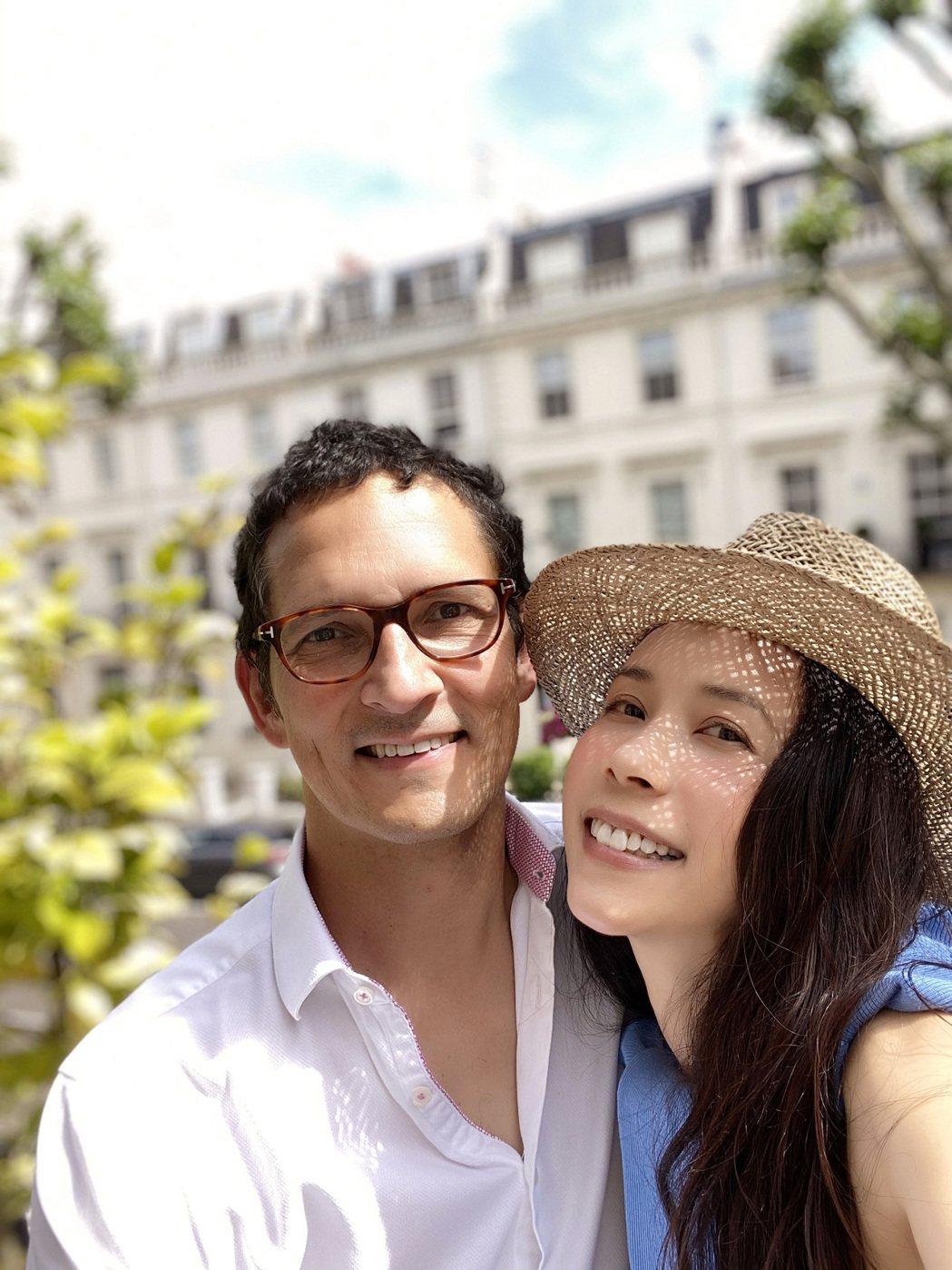 莫文蔚(右)50歲生日與老公甜蜜過二人世界。圖/莫家寶貝工作室提供