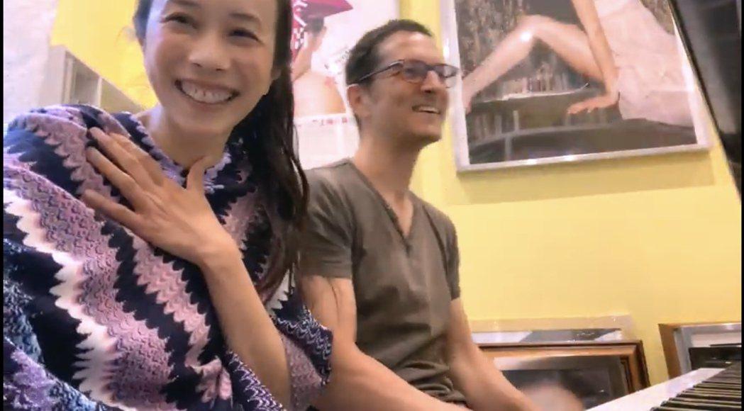 莫文蔚(左)與老公四手聯彈,展現音樂才華,全程幸福笑臉,甜蜜羨煞旁人。圖/摘自Y...