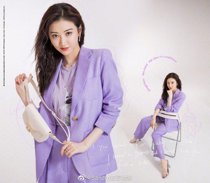景甜詮釋浪漫夢幻的紫色sandro 2020春夏亞麻混紡西服套裝。圖/取自微博