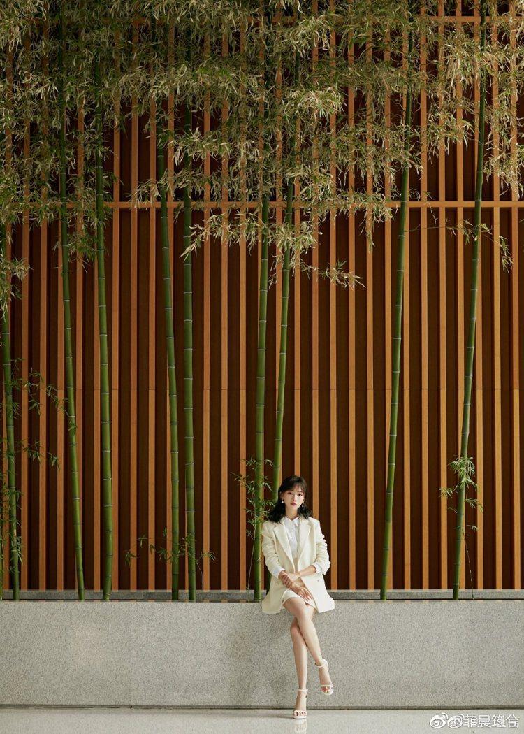 吳謹言身穿sandro米白色洋裝搭配短裙,一身夏日小清新。圖/取自微博
