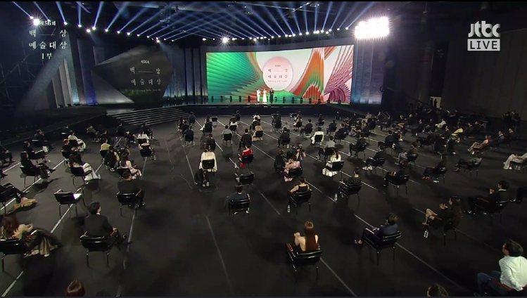 場內藝人座位非常分散。圖/摘自vlive