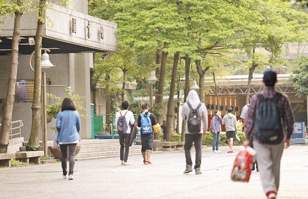 境外生7月解禁喊卡。學者呼籲,至少將境外生區分為應屆畢業與非應屆畢業,讓應屆畢業...