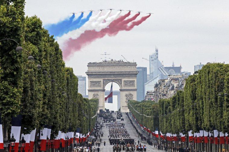 法國官方表示,今年七月十四日國慶閱兵儀式將改成向抗疫前線醫護致敬。圖/美聯社