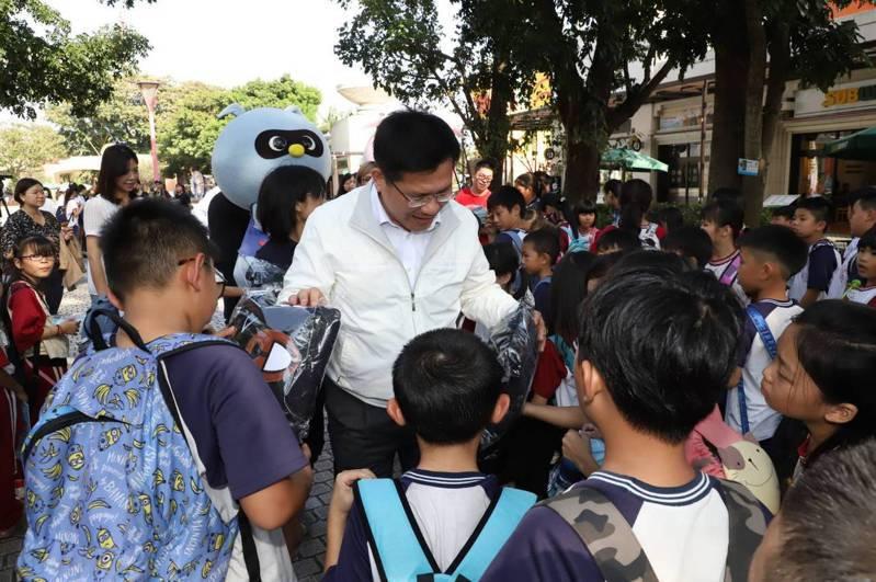 2019年11月1日林佳龍前往麗寶樂園視察秋冬國旅補助狀況,巧遇校外教學的小學生。 圖/交通部提供