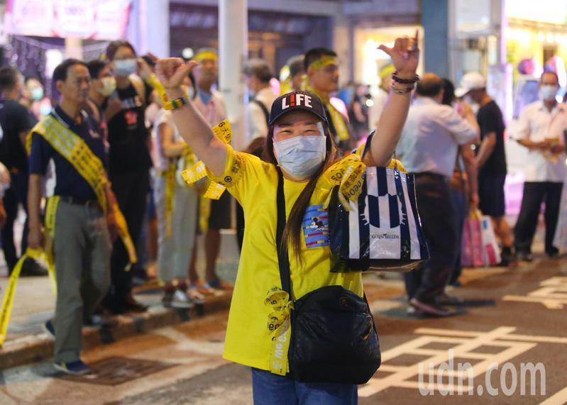 投票前最後一夜,罷韓團體在美麗島站集結準備遊行。記者林澔一/攝影