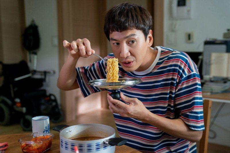 李光洙以「完美搭檔」意外打敗「寄生上流」朴明勳拿下電影類最佳男配角,連他自己都不...