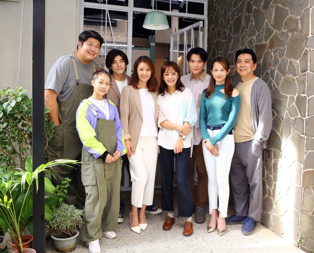 高捷(右起)、簡嫚書、邱澤、陳意涵、林心如、林哲熹、安苡喬、哈孝遠演出「她們創業
