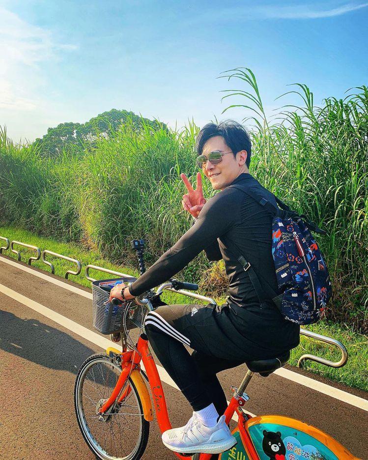 謝佳見拍攝單車影片背著BALLY的Explore深藍色尼龍彩色圖騰後背包。圖/取...