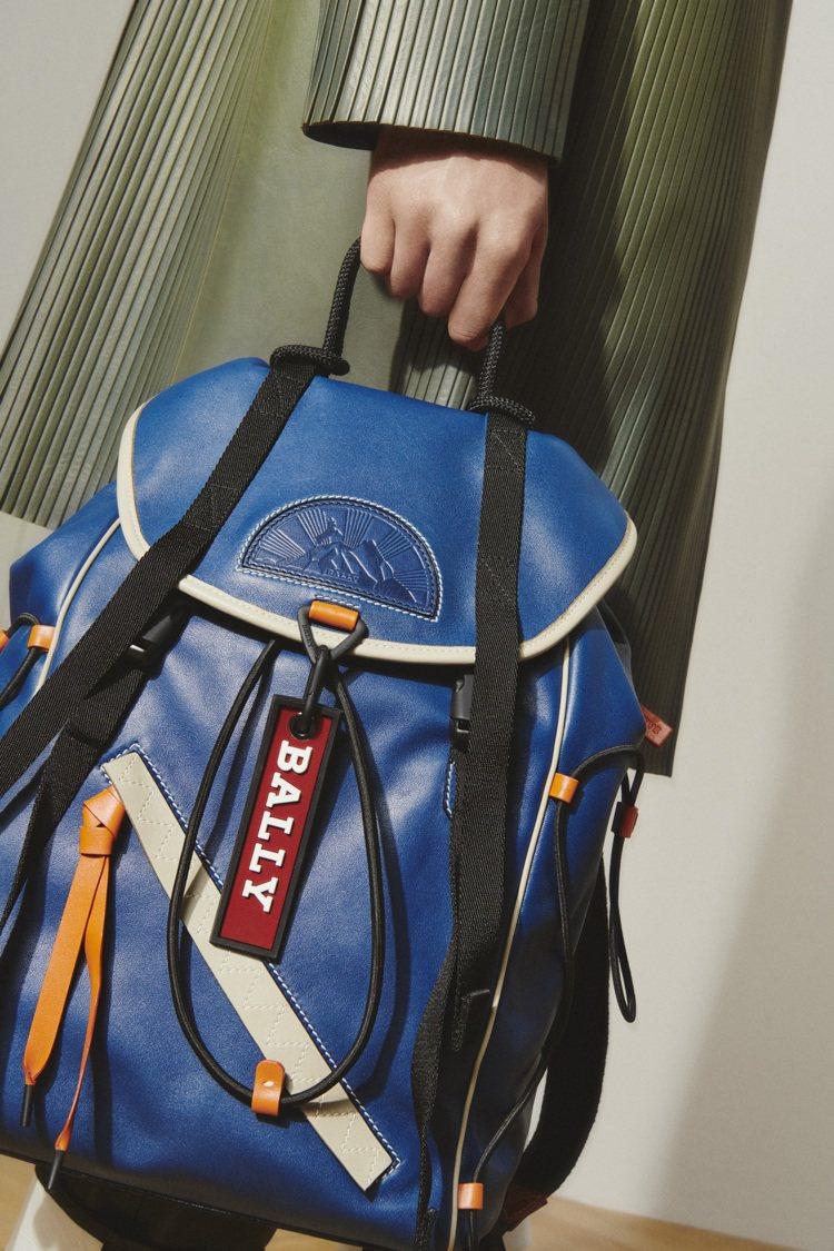 BALLY Ray藍色紅底牛皮後背包,67,680元。圖/BALLY提供