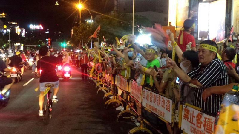 罷韓遊行今晚從41年前發生高雄美麗島事件的地點出發,遊行民眾向路人拉票。記者林保光/攝影