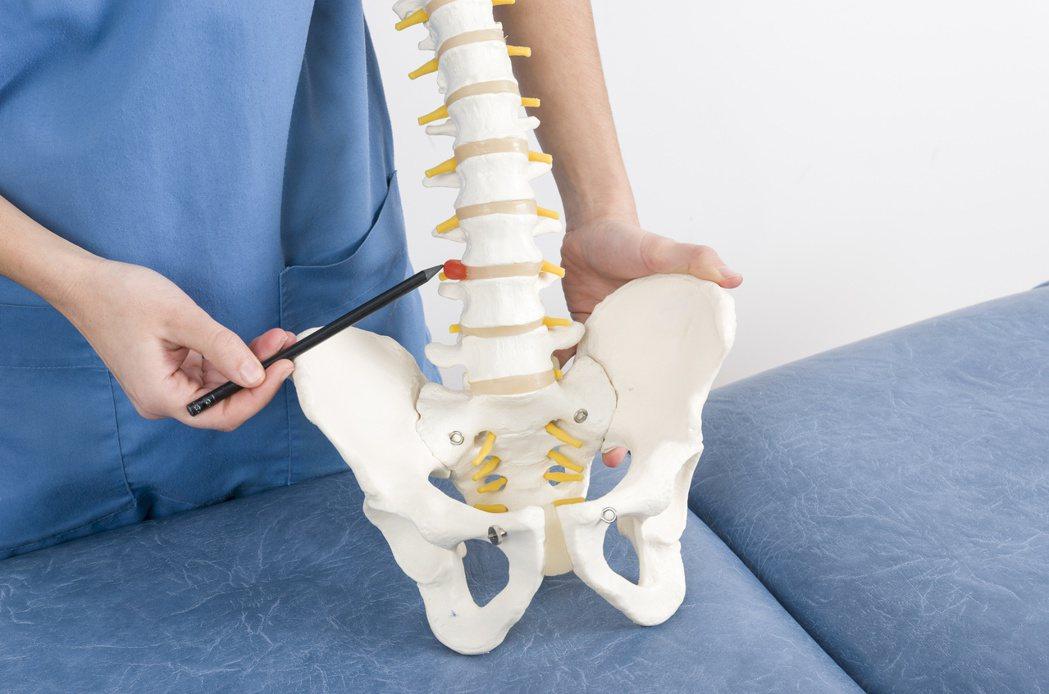 導航微創手術的特點,是傷口小、精準度高,輔以使用病人自身影像組成的神經圖,可像開...