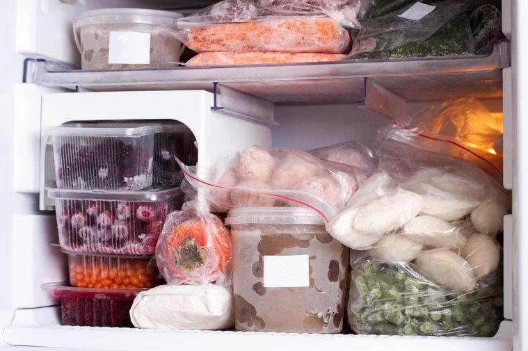 冰箱存放過多東西,可能提升細菌感染危機。圖/123RF