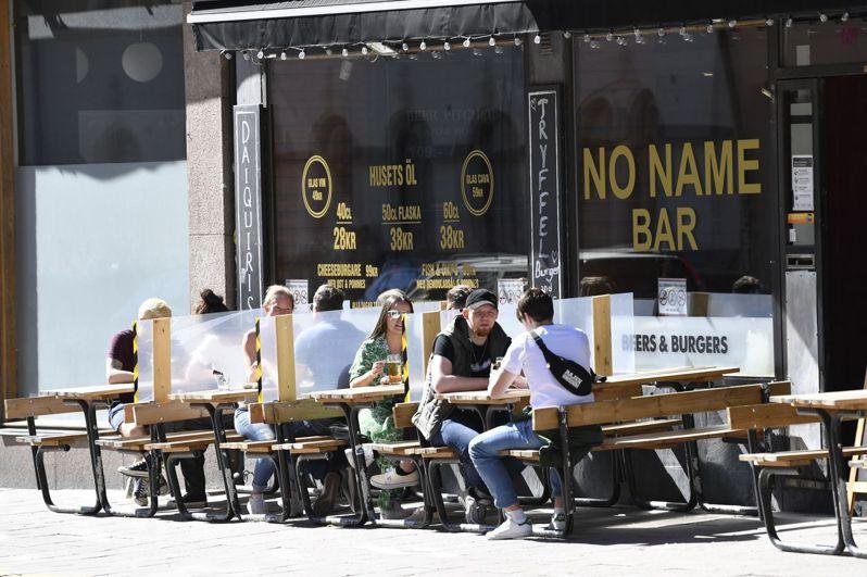 在北歐國家一片封鎖中,瑞典的餐廳、酒吧與學校仍照常開放,圖為5月30日斯德哥爾摩一家正常營業的酒吧。法新社