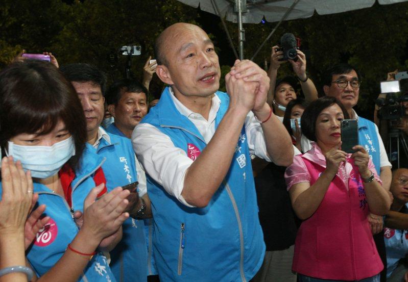 高雄市長韓國瑜今晚視察智能路燈進度,現場有韓粉簇擁,韓國瑜拱手回禮。記者劉學聖/攝影