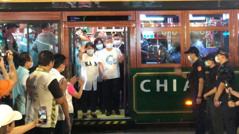 衛福部長陳時中來到文化路夜市,受到民眾熱烈歡迎。記者李承穎/攝影