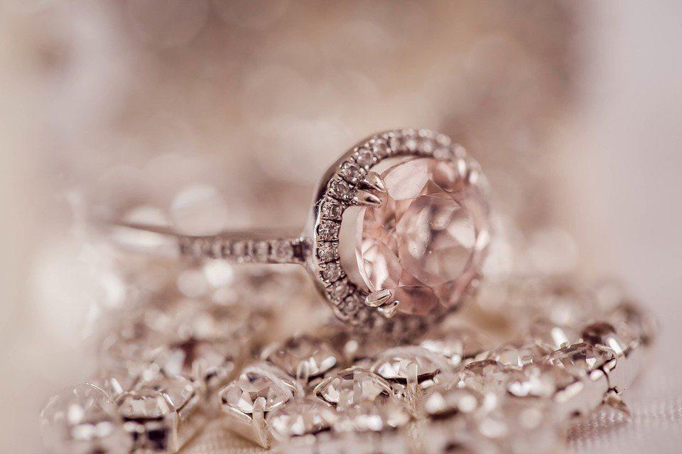 黛妃生前做了財產信託,「願望信」中表明將所有珠寶平分給兩未來兒媳。  圖/pi...