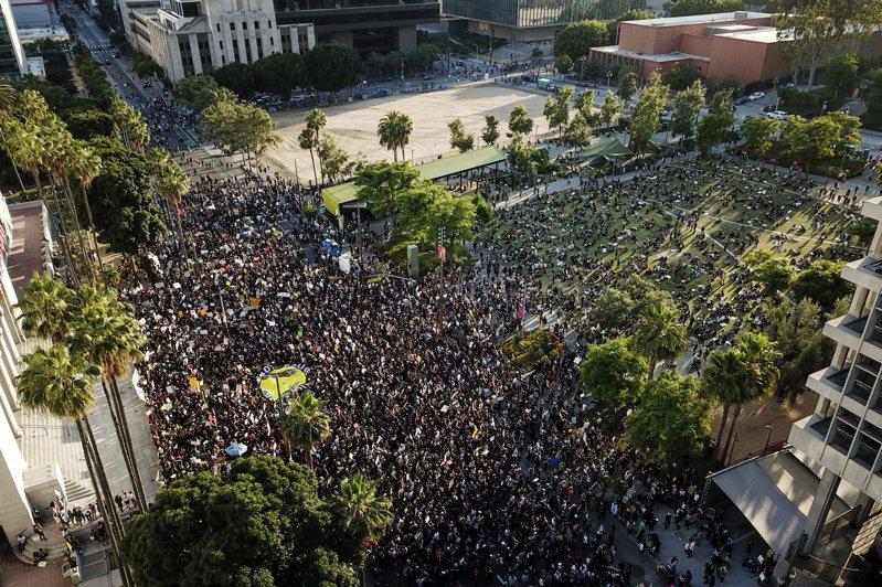 美國加州示威者聚集在洛杉磯市中心,為上月明尼蘇達州非裔男遭白人員警壓頸致死案抗議。 (美聯社資料照片)