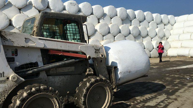 雲縣垃圾主要靠委外去化,但數量有限,各鄉鎮堆置垃圾已逾八萬公噸,暫時只能封膜打包。 圖/聯合報系資料照片