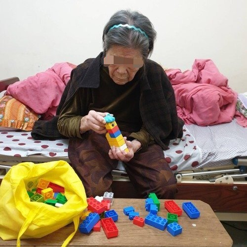 吳素琴的工作包裡,會帶著小小孩的玩具,讓老人家玩。 圖/吳素琴提供