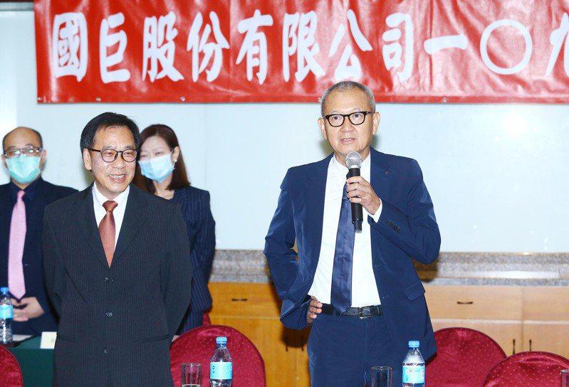 國巨董事長陳泰銘(右)昨天主持股東會。記者杜建重/攝影