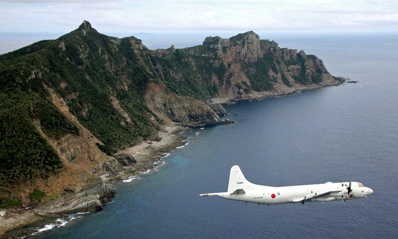 圖為日本自衛隊偵察機2011年飛過釣魚台上空。 美聯社資料照