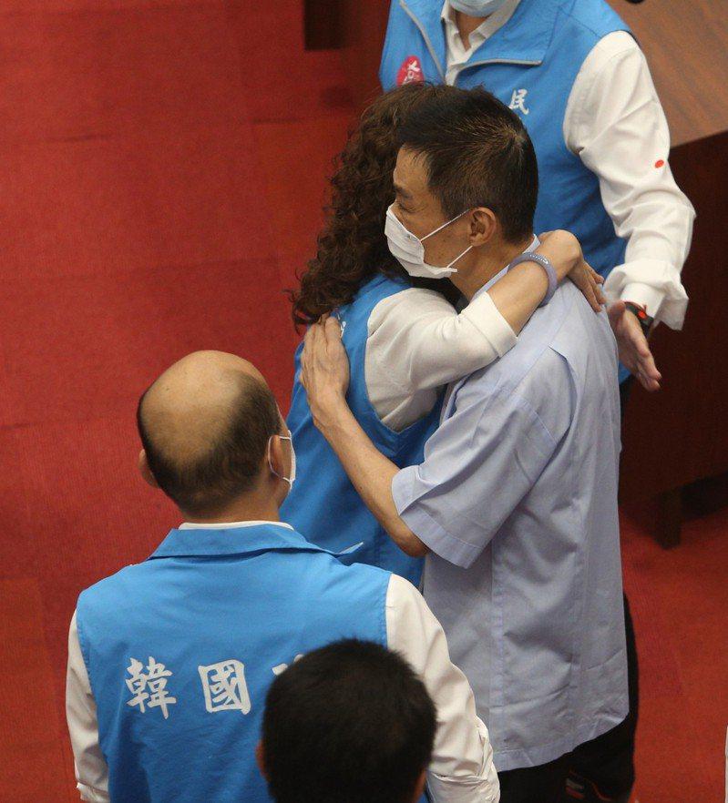 高雄市長韓國瑜遭罷免後,一向挺韓的高雄市議長許崑源昨晚在十四樓住處墜樓身亡,圖為他日前現身議場為韓國瑜打氣的畫面。 本報資料照片