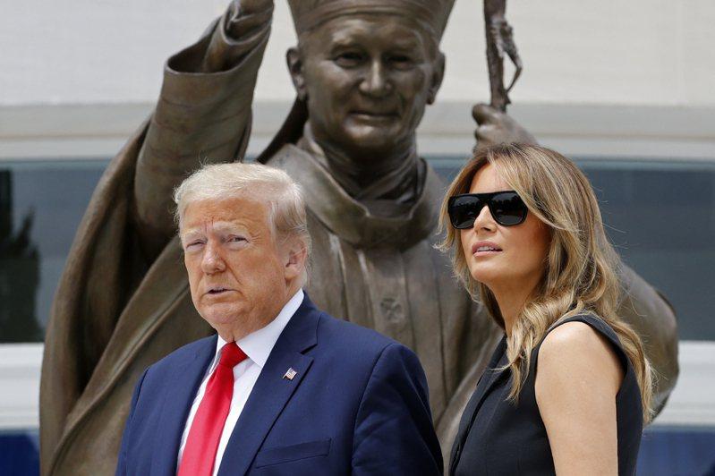 第一夫人梅蘭妮亞‧川普(Melania Trump)過去幾天,頻頻在川普做出強硬宣示後的敏感時間點發表推文,而她的推文基調明顯與川普不一致,讓白宮西廂頗傷腦筋。 美聯社