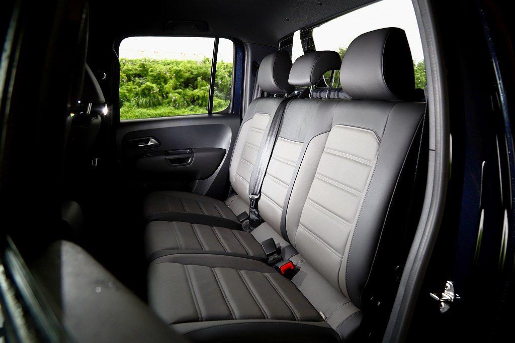 座椅方面則沒有採用全黑設計,而是採用Vienna雙色真皮包覆且連後座也一致化相同...