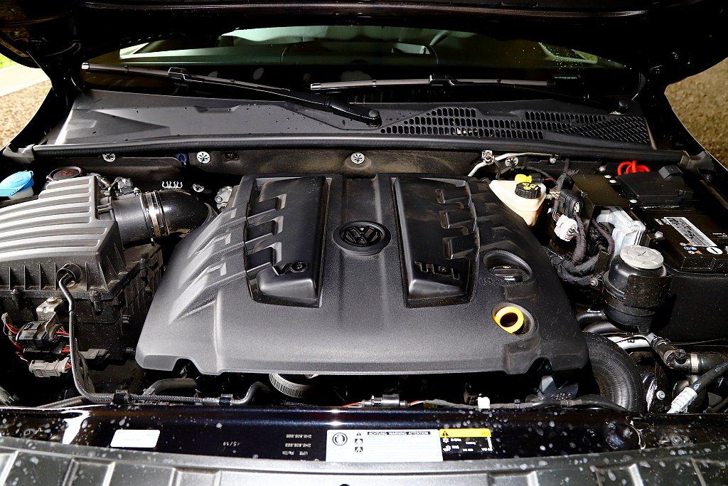 福斯商旅Amarok V6 Black Edition闇黑限量版搭載3.0L V...