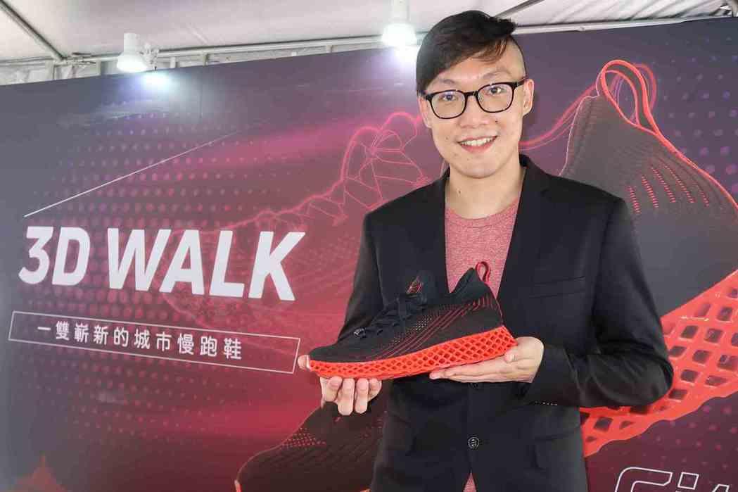 彩家科技總經理陳詠今主持「3D列印城市慢跑鞋」體驗會,發表「3D WALK」新產...