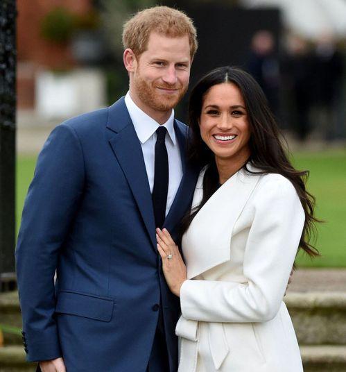 梅根的訂婚戒由哈利親手設計,主鑽旁的兩顆鑽石取自黛妃的珠寶,象徵「母親永遠陪在左...