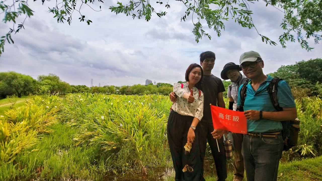 甘鄲(右)過去是個公務員,任內規畫多個人工濕地,退休後便開課帶領學員認識濕地,述...