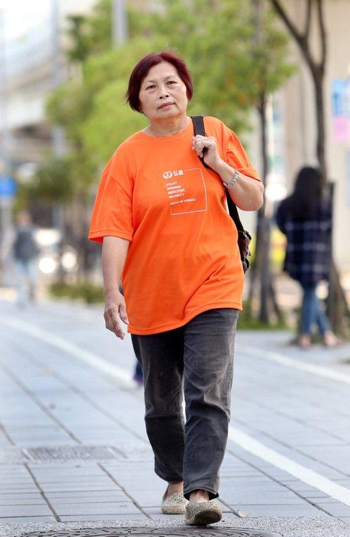 照服員吳素琴雖已64歲,對工作仍充滿熱情。 圖/侯永全 攝影