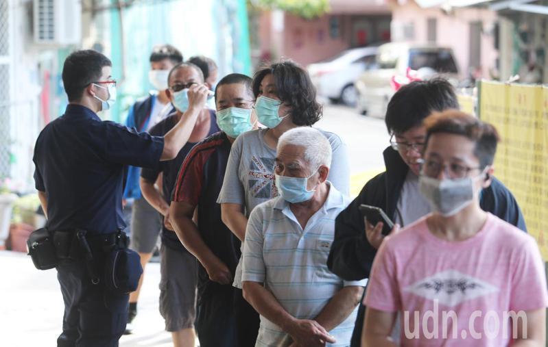 高雄市長韓國瑜罷免投票今天上午舉行,七點半不到投票所外就有排隊人潮。記者劉學聖/攝影