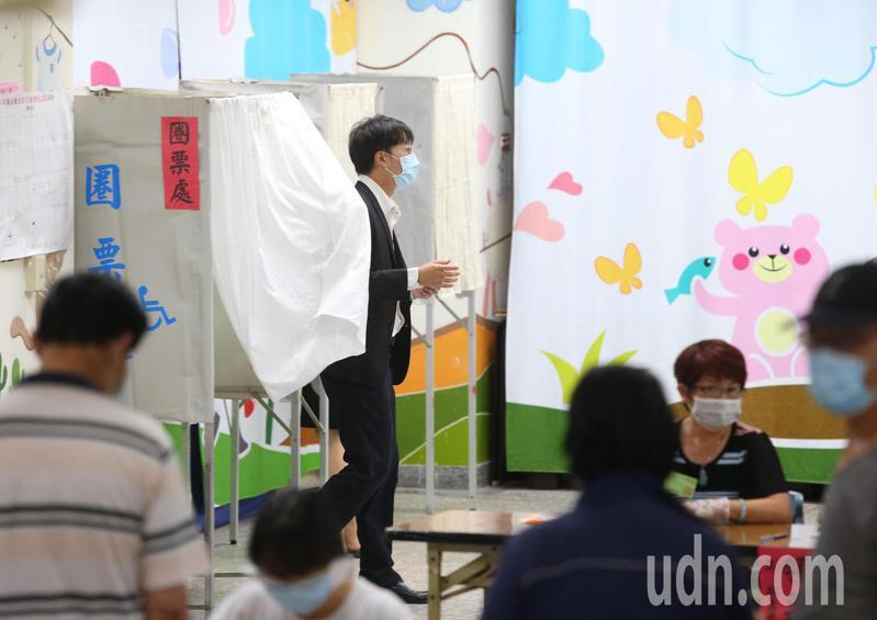 罷韓提案法定領銜人陳冠榮上午投票。記者林澔一/攝影