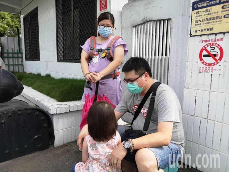 新竹縣黃姓縣民一家三口昨晚就來排隊,今天上午如願買到六盒口罩。記者簡慧珍/攝影